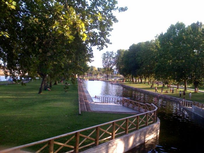 Moraleja inaugura la piscina natural construida en la Rivera de Gata a su paso por el casco urbano