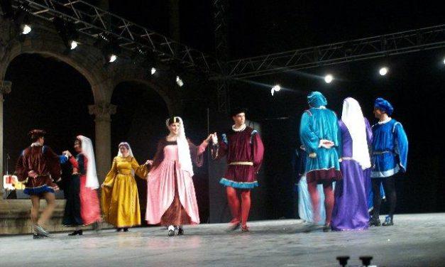 El Redoble repasa en Alcántara la historia de la provincia de Cáceres a través del folklore extremeño