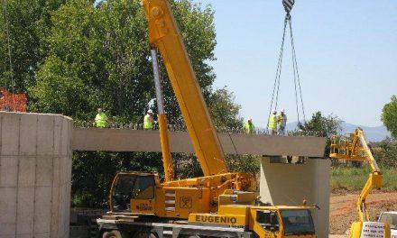 Avanzan las obras del nuevo puente de Moraleja con la instalación de una plataforma que une las orillas