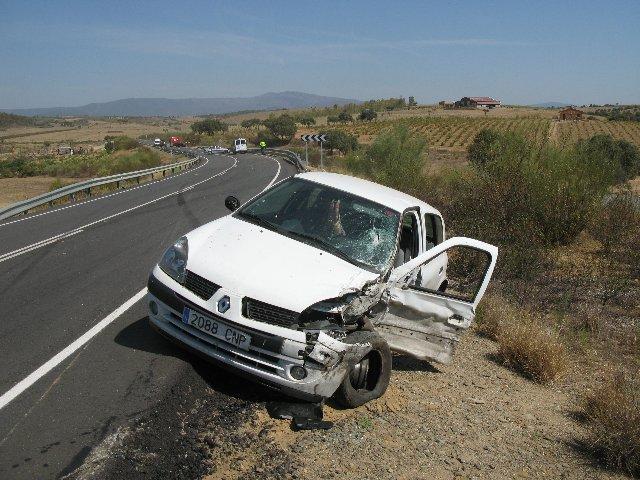 Un aparatoso accidente de tráfico en la Ex-109 se salda con dos heridos leves tras el choque de dos coches