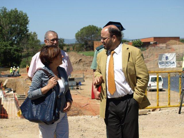 González asegura que las empresas constructoras del puente cumplen «con creces» la contratación del Plan E