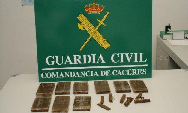 La Guardia Civil detiene a dos individuos en Almendralejo con 28 bellotas de hachís en su poder