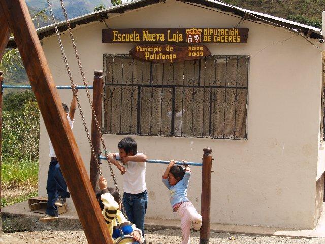 Veintidós niños de Ecuador estrenan la nueva escuela de Nueva Loja, en Pallatanga, gracias a la Diputación