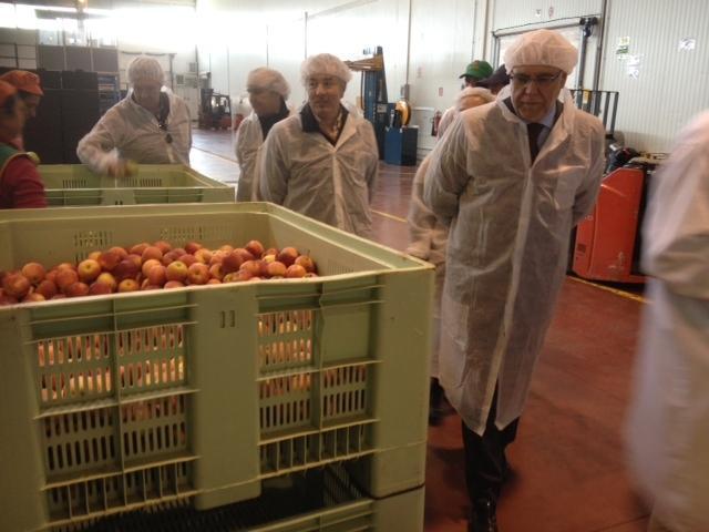 Echávarri destaca el potencial extremeño en agricultura ecológica durante su visita a la fábrica HaciendasBio de Guareña