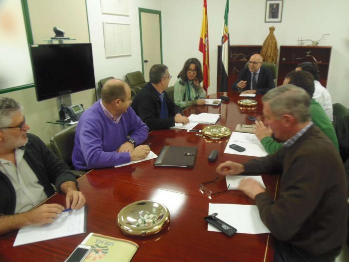 Agricultura y OPAS acuerdan firmar un documento para seguir incidiendo en que las comarcas de Don Benito y Miajadas estén unidas en el estrato 22