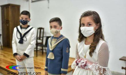 Tomar la Primera Comunión con mascarilla, una imagen que pasará a la historia de la pandemia