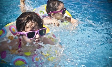 Pediatras recomiendan vigilar a los niños durante los baños en piscinas para prevenir ahogamientos