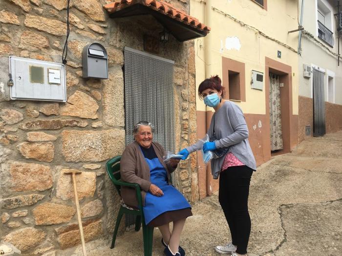 Lo más importante, la salud de los vecinos: Villasbuenas de Gata entrega más de 600 mascarillas protectoras