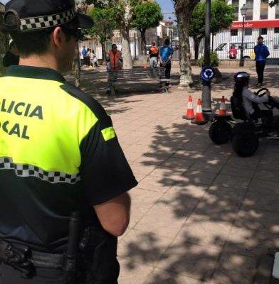 Agentes de la Policía Local de Moraleja auxilian a una persona mayor que se encontraba sola en su casa