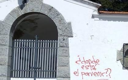 """""""¿Dónde está el porvenir?"""" la pintada vandálica con la que ha amanecido el cementerio municipal de Piornal"""