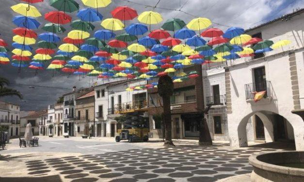 Malpartida de Cáceres comienza a colocar los 1.200 paraguas de colores que cada año cubren la Plaza Mayor