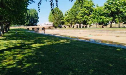 Moraleja limpia la piscina natural para el riego y espera recomendaciones sanitarias para el baño