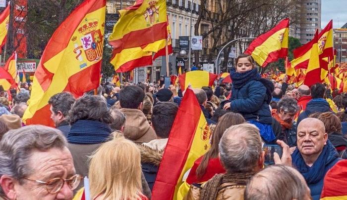 """Agredido en Cáceres por llevar una bandera de España y una camiseta con el lema """"Sánchez dimisión"""""""