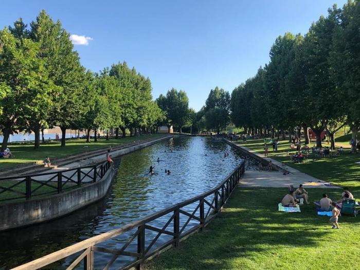 El Ayuntamiento de Moraleja recuerda que no está permitido el uso de la piscina natural para el baño