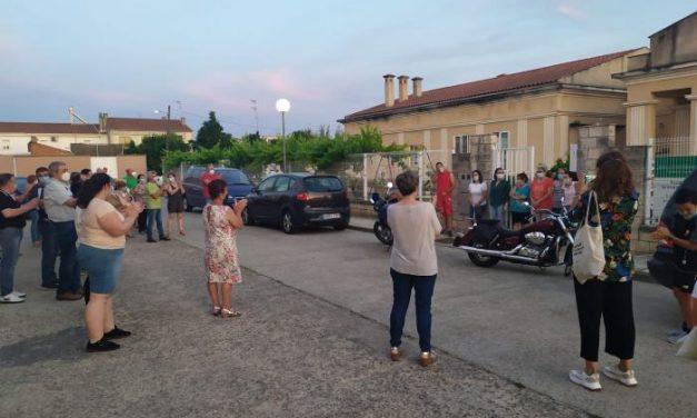 Familiares de ancianos de la Residencia San Blas de Moraleja homenajean a los trabajadores por su labor