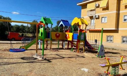 El Ayuntamiento de Coria instala dos parques infantiles aunque estas zonas siguen cerradas por la Covid-19