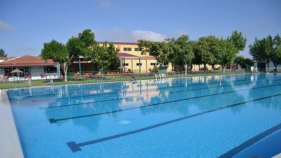 """La Junta pide a los ayuntamientos que """"mediten"""" abrir las piscinas este verano"""