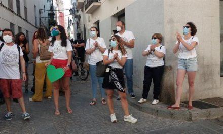 Docentes se concentran en Badajoz para reclamar  las necesidades de la escuela pública extremeña
