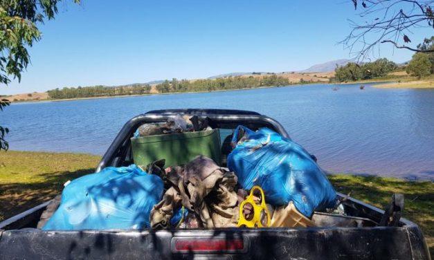 Los trabajadores de Santibáñez el Alto se unen a la recogida de basura en el pantano de El Borbollón