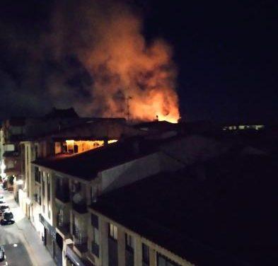 Investigan las causas del incendio que ha calcinado las instalaciones de Panadería Santa de Coria