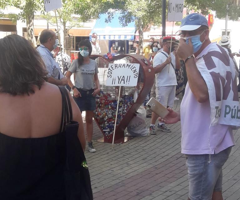 La plataforma «No al muro» de Navalmoral se concentra para pedir que el trazado del AVE sea subterráneo