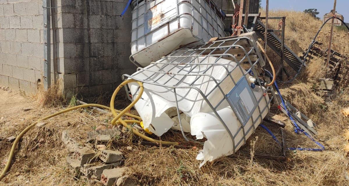 Rescatan con vida a un hombre que quedó atrapado bajo unos depósitos con mil litros de agua en el término de Valdesalor