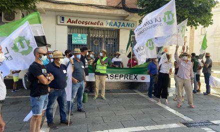 Agricultores extremeños se concentran ante la Asamblea contra los «incumplimientos» de Vara con este sector