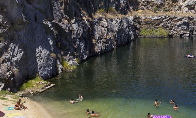 El Ayuntamiento de Alcántara corta el camino de La Cantera para impedir el baño y prevé multas de hasta 150 euros
