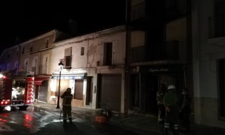 Un vecino de Guadalupe salta por un balcón tras el incendio en su vivienda la pasada madrugada