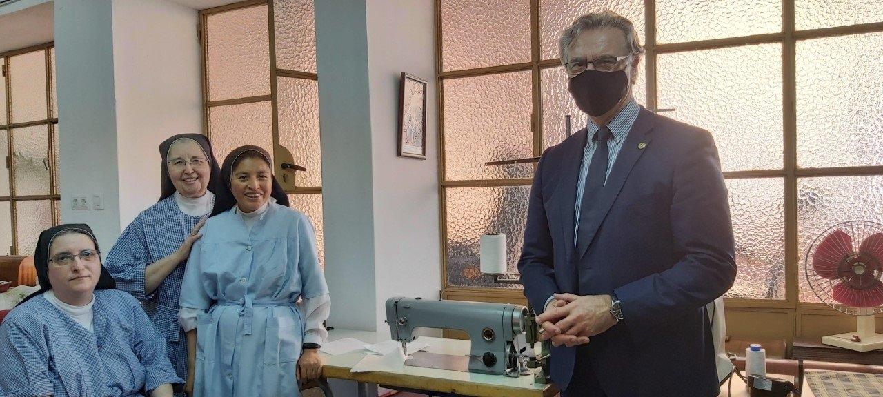 El Corte Inglés dona una máquina de coser a las monjas del Convento Santa Ana de Badajoz