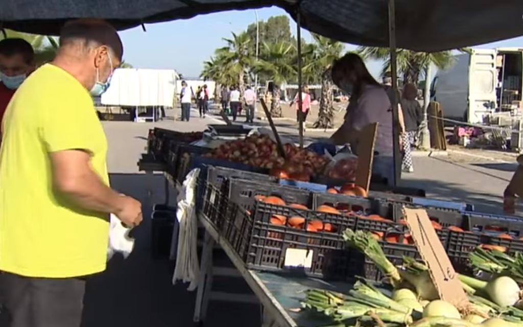 Denunciados cinco puestos del mercadillo de Mérida por no recoger los residuos generados en su zona