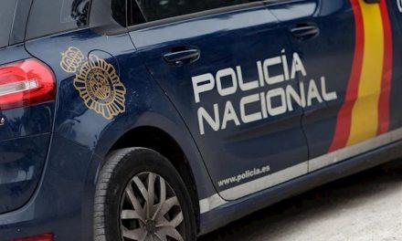 Rompen con una alcantarilla el escaparate de una tienda de Badajoz para entrar a robar