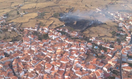 Un incendio cerca de Torrejoncillo despierta el miedo entre los vecinos