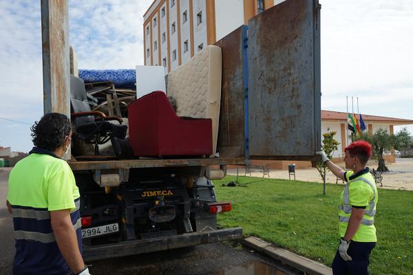 Las peticiones de recogida de enseres se multiplican en los últimos años en Badajoz