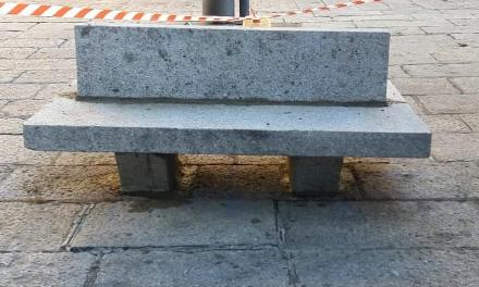 Plasencia recupera los bancos de granito de la Plaza Mayor dos décadas después