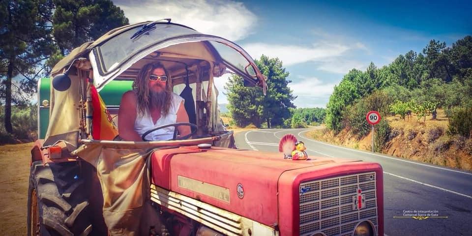 Un alemán recorre 4.800 kilómetros en tractor para visitar a su amigo en Torre de Don Miguel