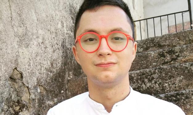 Un moralejano escribe «Salir del armario» una novela que retrata el duelo al declarar la homosexualidad