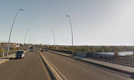 Fallece un hombre tras chocar con su coche contra un puente en Mérida
