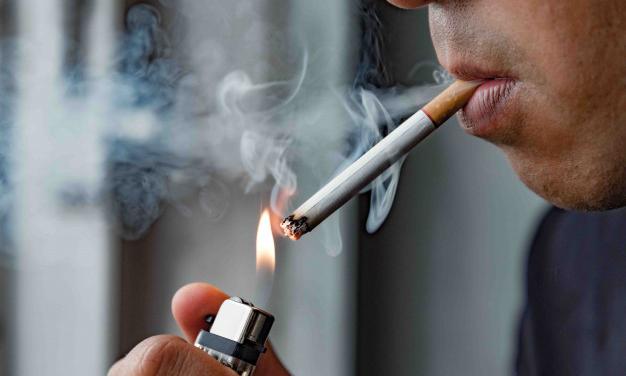 Sanidad prohíbe fumar en la calle y cierra las discotecas ante el avance del coronavirus
