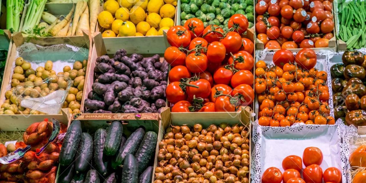 El mercado de fruta de Plasencia se extiende a la Catedral para que puedan estar todos los vendedores