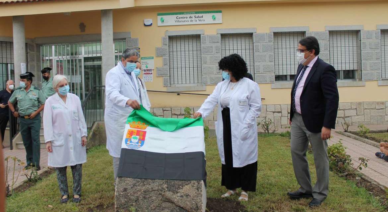 Villanueva de la Vera recuerda a las víctimas de la Covid con un monolito ubicado a las puertas del centro de salud