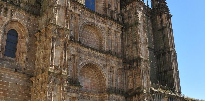Plasencia inicia la eliminación de las barreras arquitectónicas en la Plaza de la  Catedral