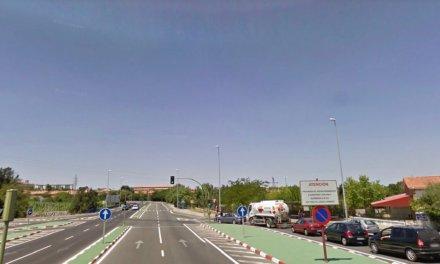 Un motorista resulta herido de gravedad al chocar contra una mediana en Cáceres