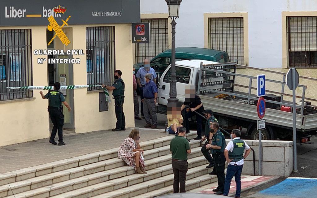 Atracan en una sucursal bancaria de Cañaveral tras maniatar y encerrar a dos empleados
