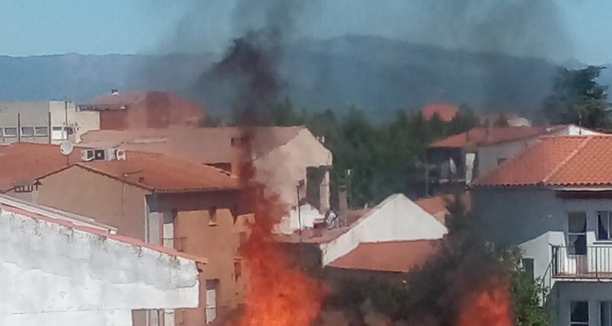 La rápida actuación de los bomberos evitó que el fuego accediese a la casa de la calle Santa Teresa de Jesús en Moraleja