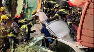 Espectacular accidente con dos ilesos al chocar un tractor y un turismo en Almoharín
