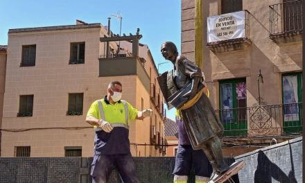 Retirada la escultura de Leoncia para su restauración tras diversos actos vandálicos