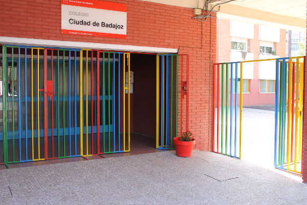Estudiantes de dos colegios de Badajoz abandonan las aulas por el coronavirus