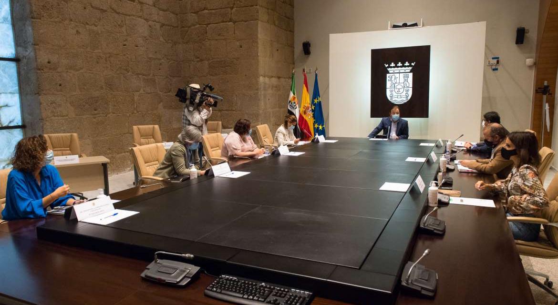 La Junta destina más de dos millones de euros para contratar personal en residencias
