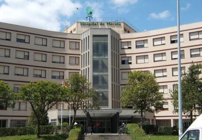 Trasladan en helicóptero al Hospital de Mérida a un joven tras caer de una altura de 1,5 metros